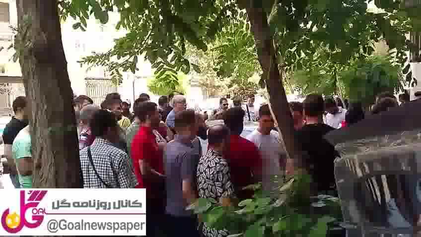 تجمع هواداران پرسپولیس مقابل درب باشگاه و ابراز نارضایتی از وضعیت موجود و رفتن برانکو